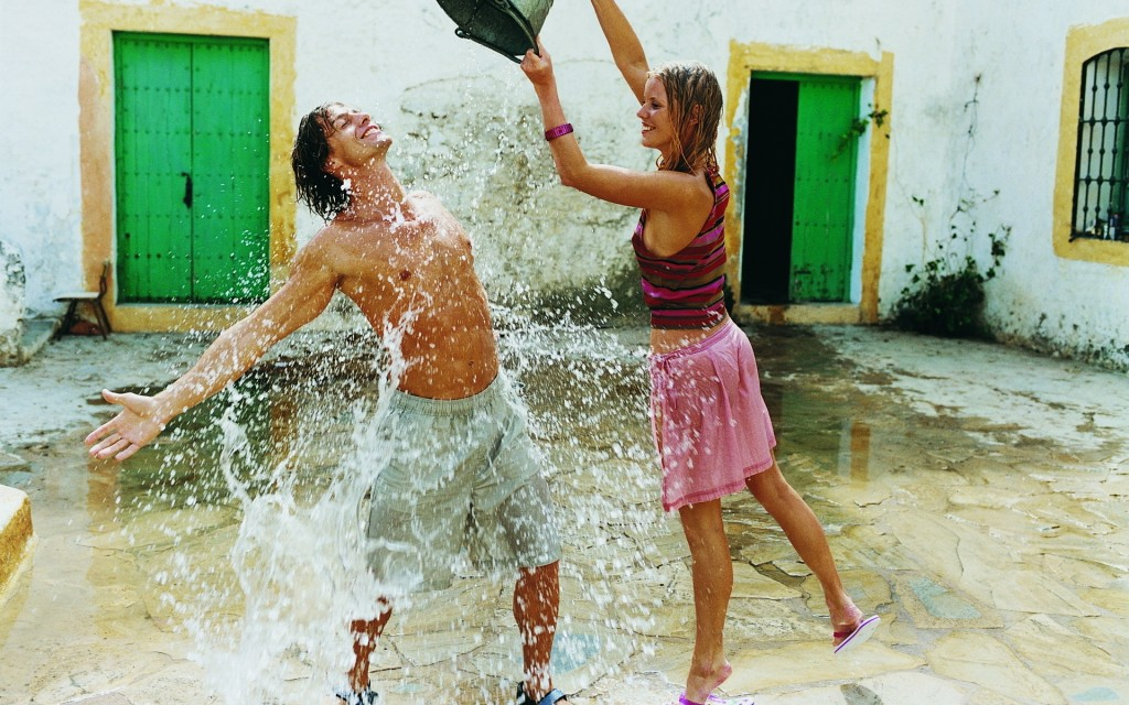 couple_entertainment_fun_bucket_spray_pour_hd-wallpaper-52387